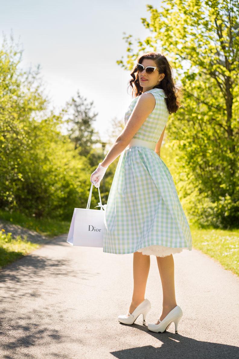 Für Gartenpartys und Hochzeiten: RetroCat in einem pastellfarbenen Gingham-Kleid