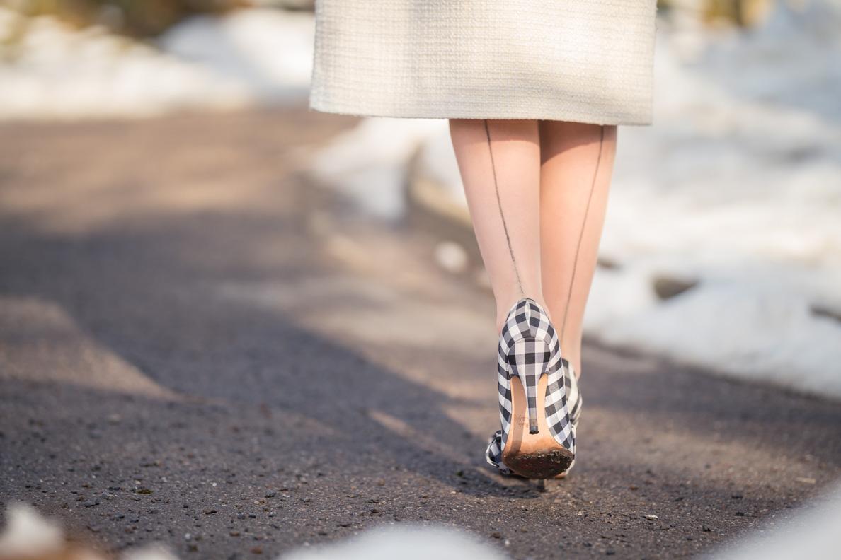 RetroCat mit Gingham-Schuhen und Nahtstrümpfen