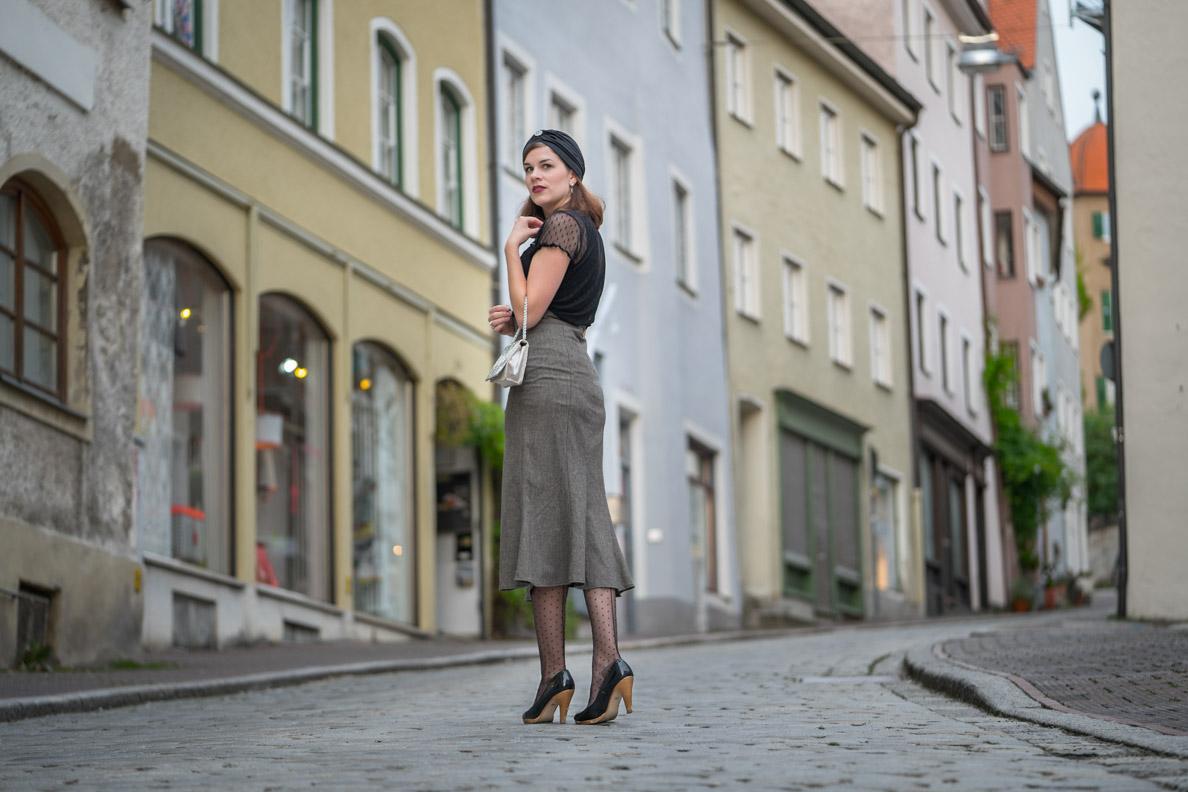 Sommerhüte stylen: RetroCat in einem eleganten Outfit mit Turban