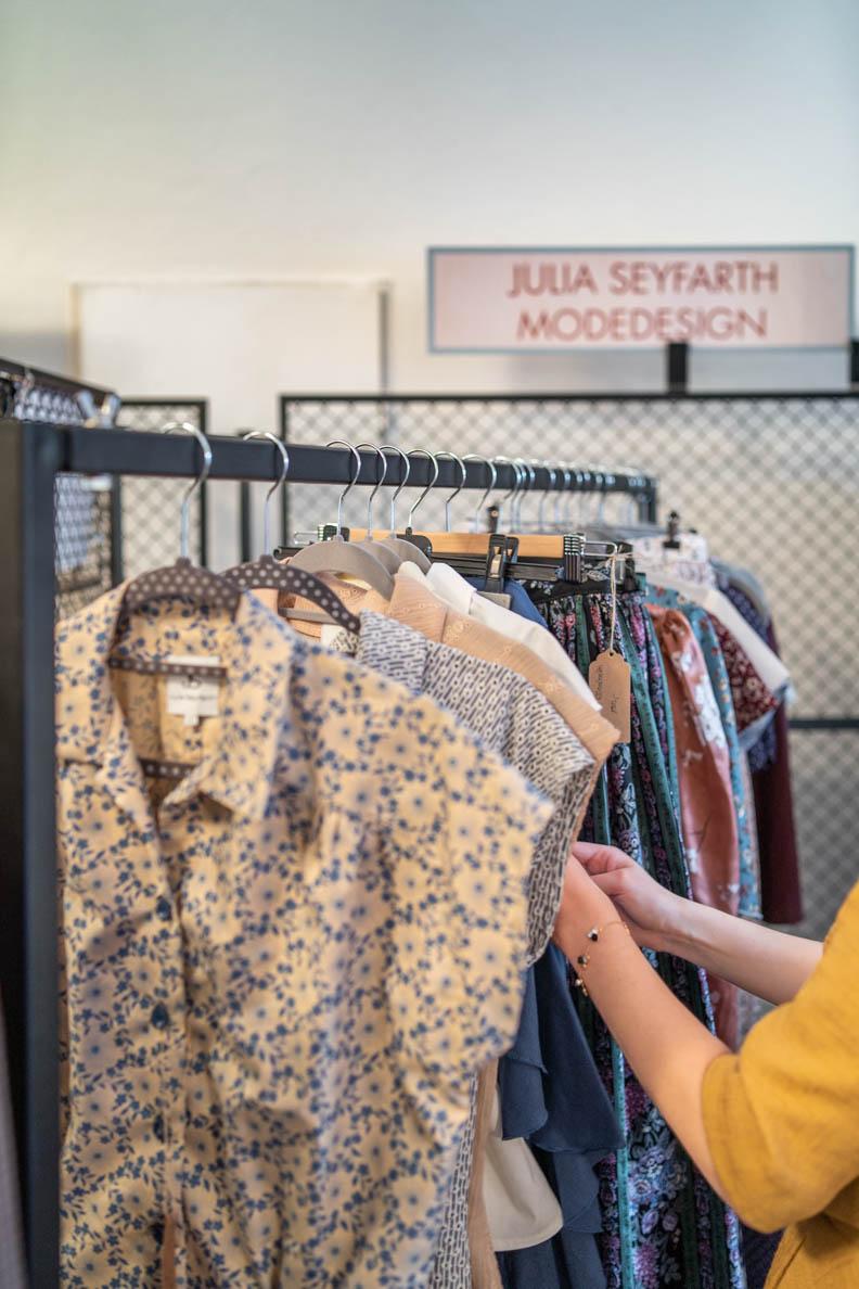 RetroCat sieht sich die Kleidung von Julia Seyfarth Design an