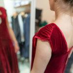 RetroCat probiert ein 20er-Jahre-Kleid auf dem New Heritage Festival München
