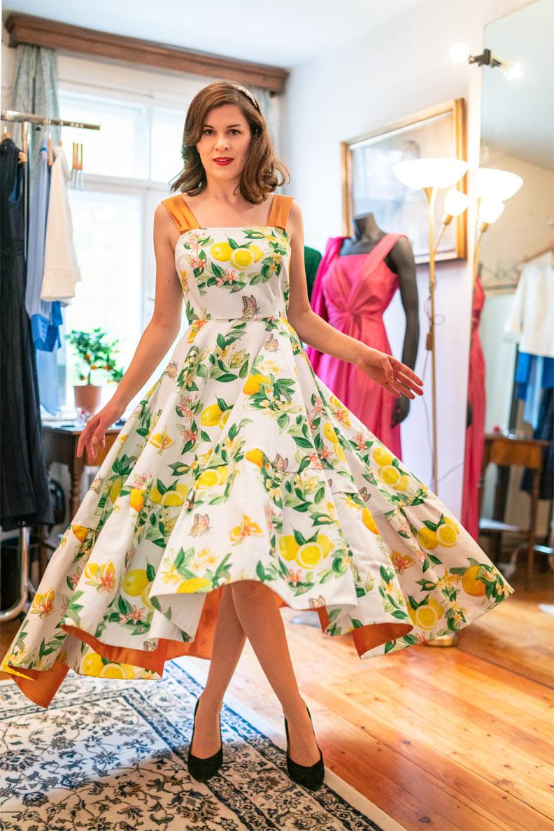 """RetroCat beim Tanzen im Kleid """"Susanna"""" von Honór Couture"""