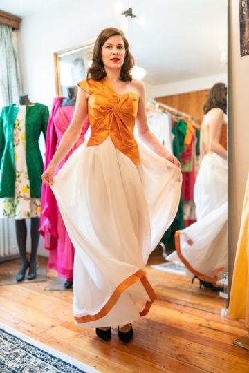 RetroCat in einem langen Abendkleid von Honór Couture