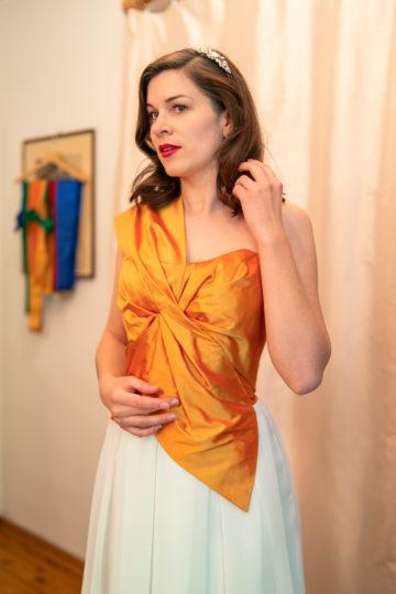 RetroCat in einer kunstvoll drapierten Corsage von Honór Couture