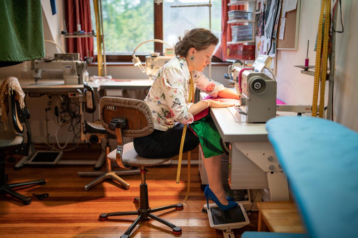 Franziska Rüsch von Honór Couture bei der Arbeit im Atelier