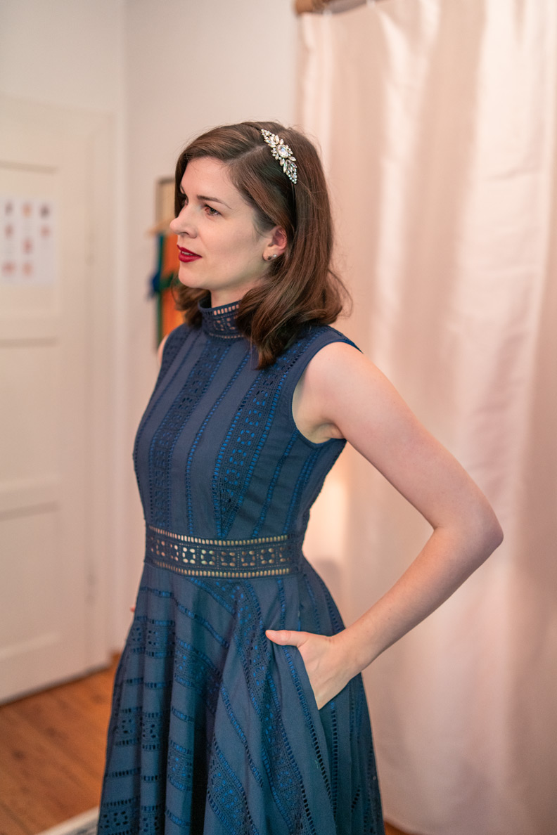 RetroCat in einem blauen Kleid mit Taschen von Honór Couture