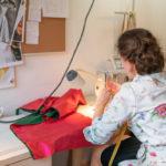 Franziska Rüsch mit ihrer Nähmaschine