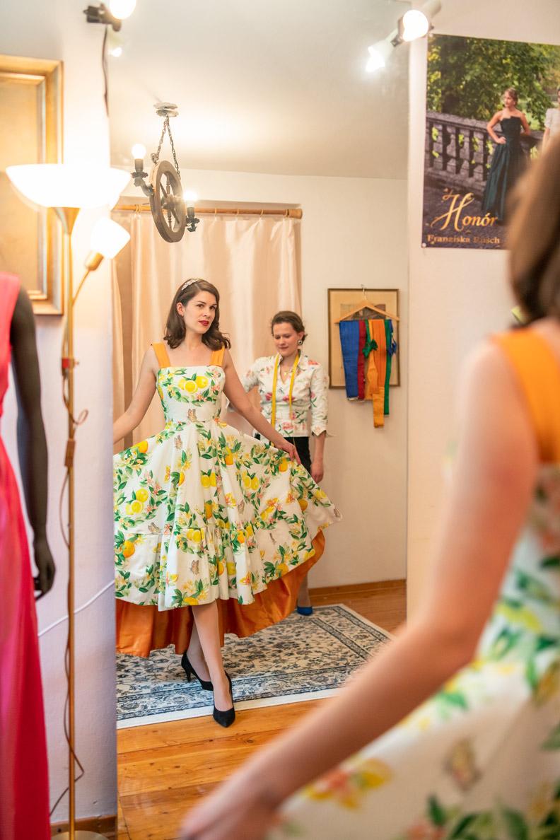 RetroCat in einem Kleid mit Zitronenmuster von Honór Couture