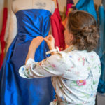 Franziska Rüsch drapiert einen Seidenstoff an einer Puppe