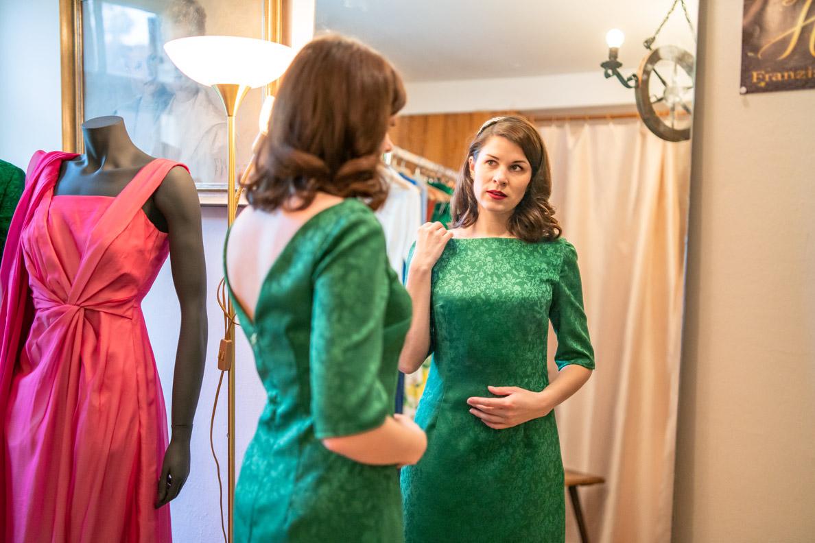RetroCat in dem grünen Kleid Arla von Honór Couture