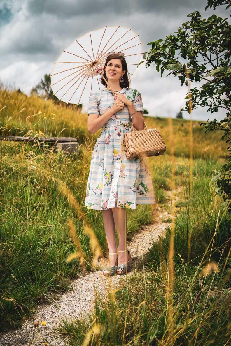 RetroCat mit einem maritimen Kleid, Sonnenschirm und Wedges
