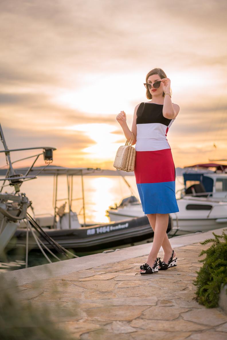 RetroCat mit einem 60er-Jahre-Kleid und Schuhen mit Keilabsatz
