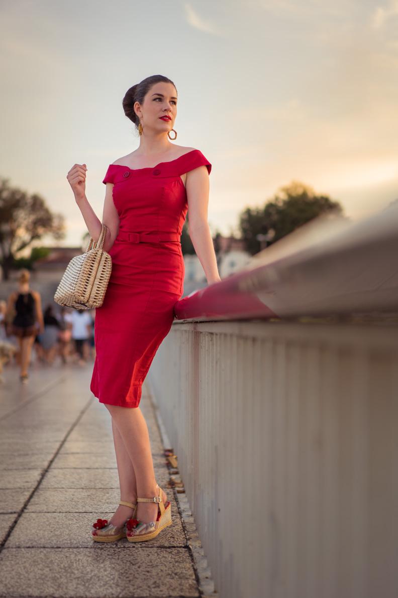 RetroCat wearing a red dress und wedges