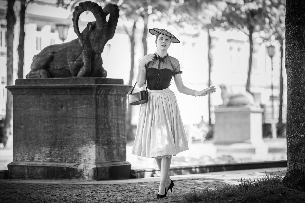 RetroCat in einem Vintage-Outfit inspiriert vom Dior New Look in München