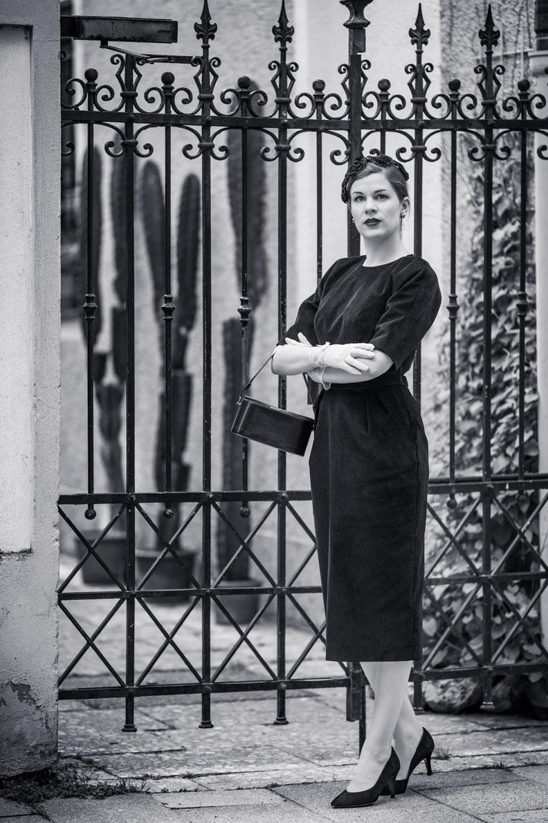 Vintage-Mode-Bloggerin RetroCat mit einem figurbetonten Kleid von Ginger Jackie und passenden Vintage-Accessoires
