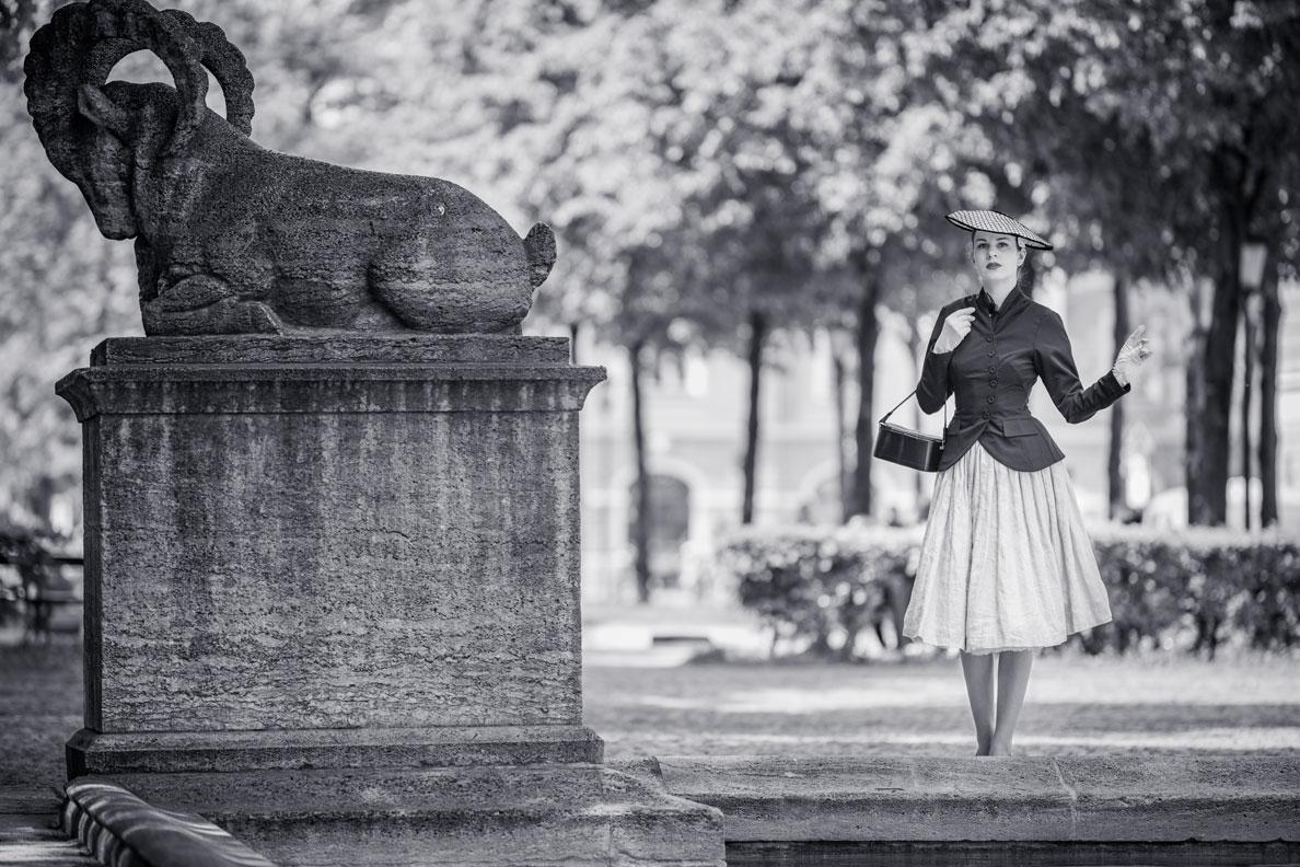 Vintage-Mode-Bloggerin RetroCat in einem Outfit inspiriert vom legendären Bar Kostüm von Christian Dior