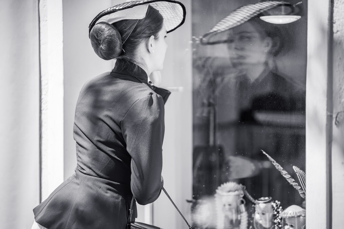 Beauty-Bloggerin RetroCat mit einem Dutt und großen Hut