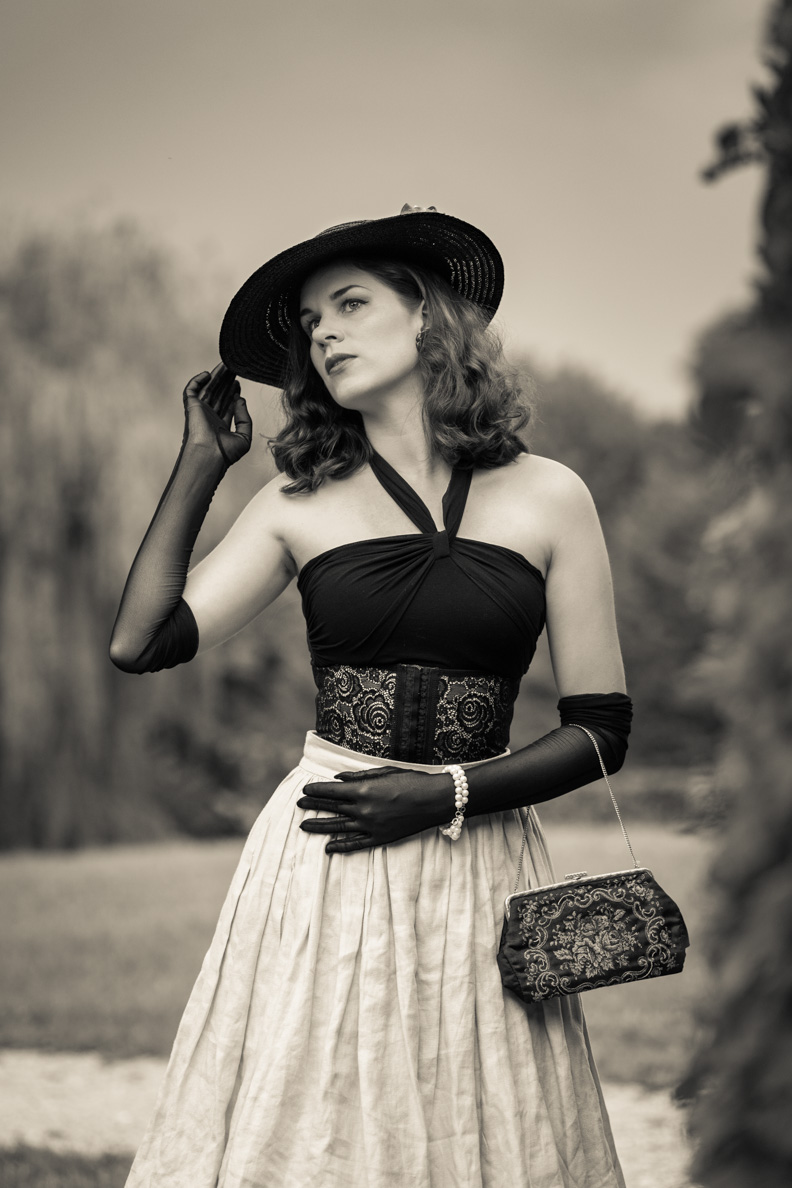 Beauty-Bloggerin RetroCat mit einem Vintage-Hut und eleganten Locken
