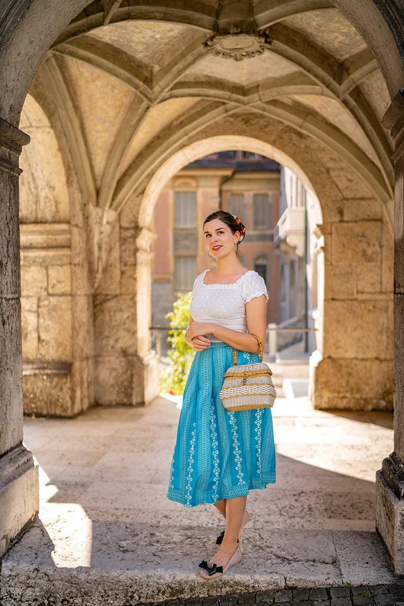 RetroCat mit einem Sommer-Outfit und einer weißen Korbtasche