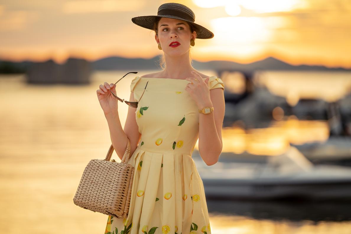 RetroCat mit einer Korbtasche und einem eleganten Sommerkleid