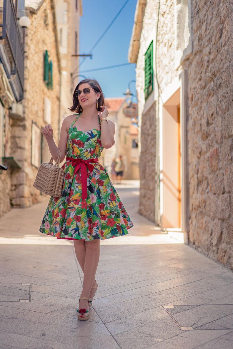 Coole Sommer-Outfits: RetroCat mit einem bunten Petticoat-Kleid aus Baumwolle in einer Gasse in Kroatien
