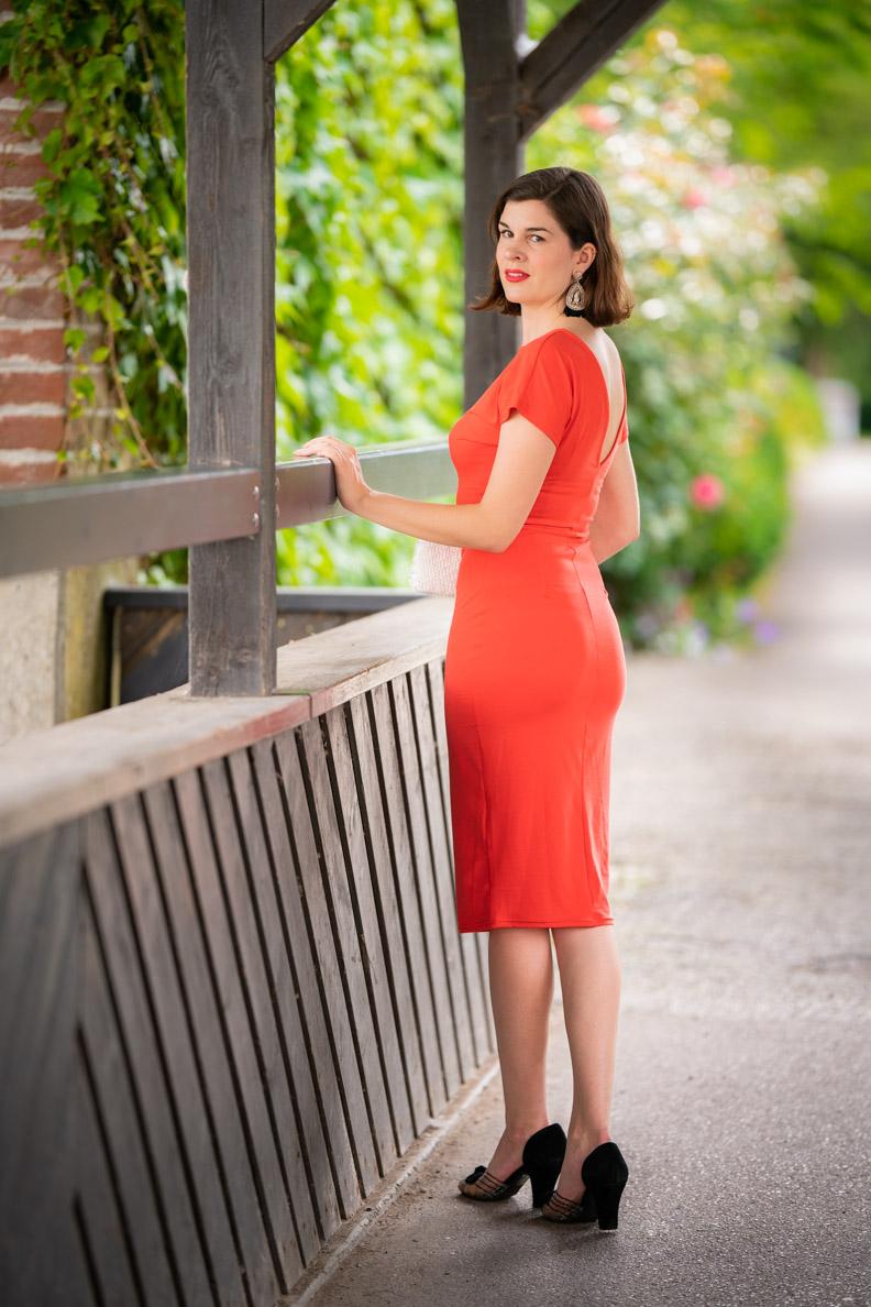 Perfekt für Sommer-Outfits: RetroCat mit einem korallfarbenen, dünnen Jerseykleid
