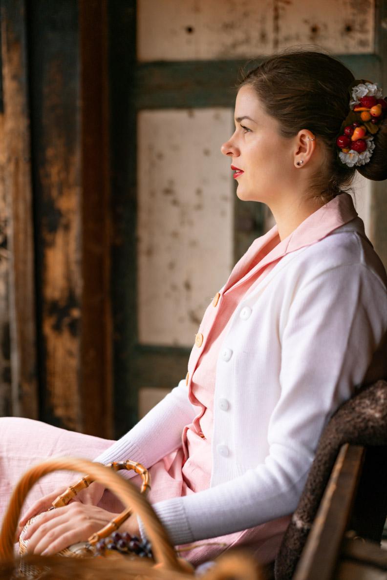 Vintage-Mode-Bloggerin RetroCat in einem rosa Leinen-Kleid von Vivien of Holloway
