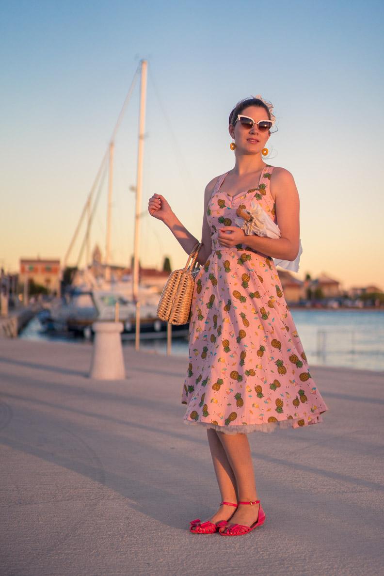 RetroCat mit einem rosa Retro-Kleid am Hafen