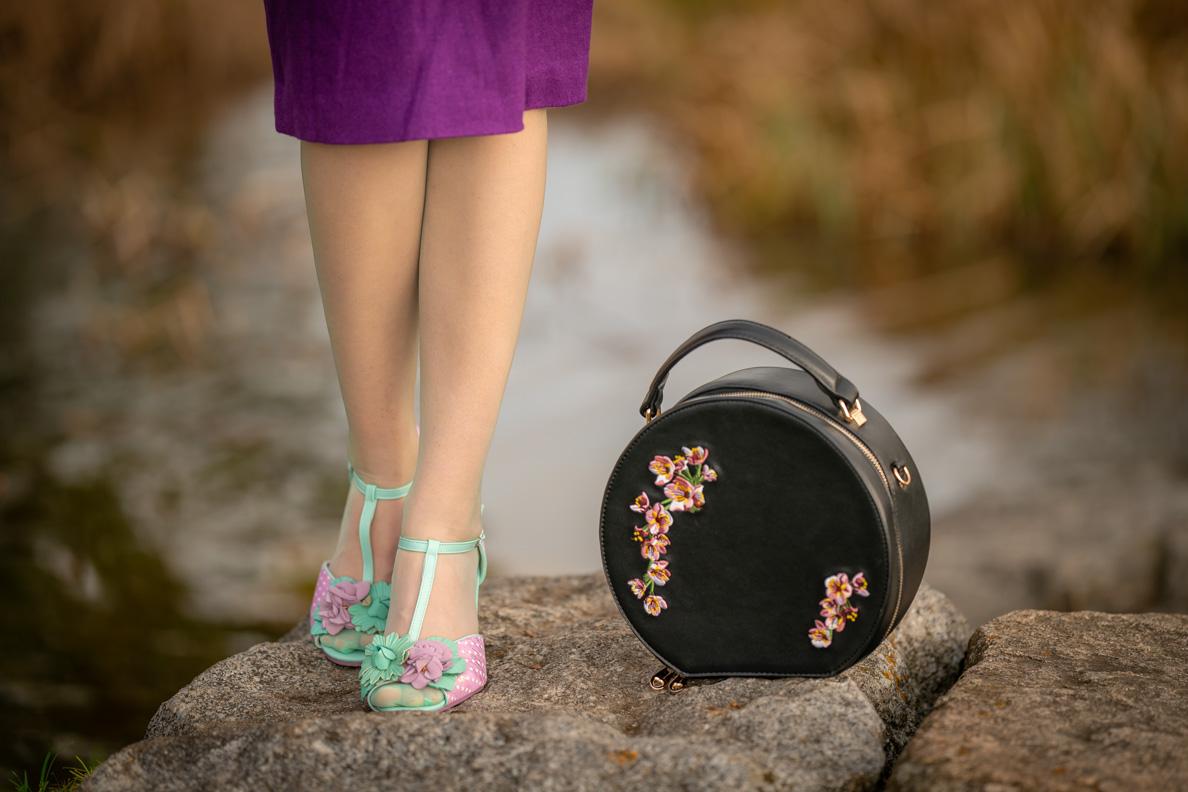 RetroCat mit sommerlichen Sandaletten von Joe Browns Couture und einem lila Rock