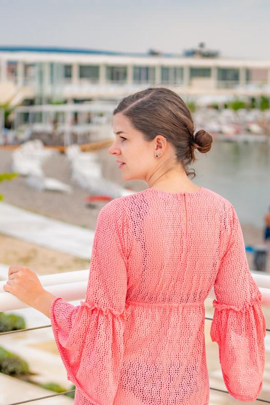 RetroCat in einem leichten Strandkleid mit Volants von Grünten Mode in Kroatien