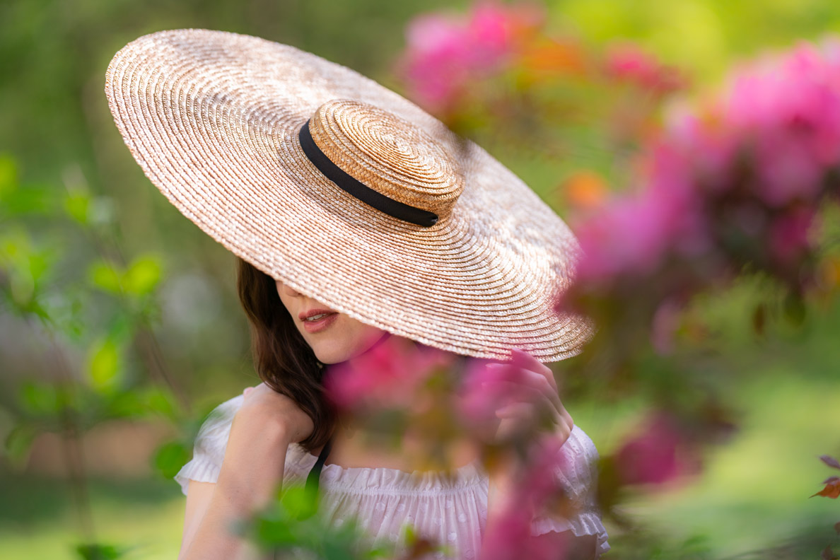 Perfekt für Sommer-Outfits: RetroCat mit einem riesigen Strohhut von Jacquemus
