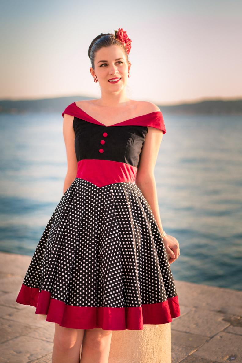 RetroCat mit einem Retro-Kleid an der kroatischen Küste