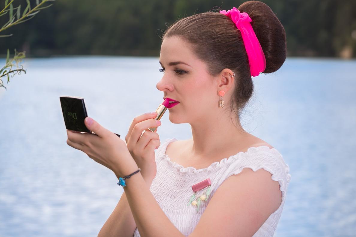 Beauty-Bloggerin RetroCat beim Auftragen von pinkem Lippenstift