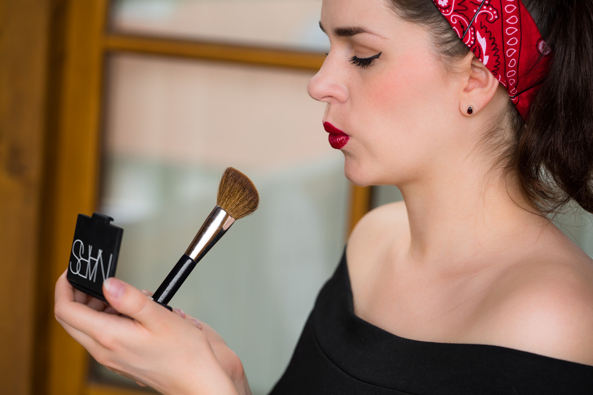 Beauty-Bloggerin RetroCat beim Auftragen von Rouge