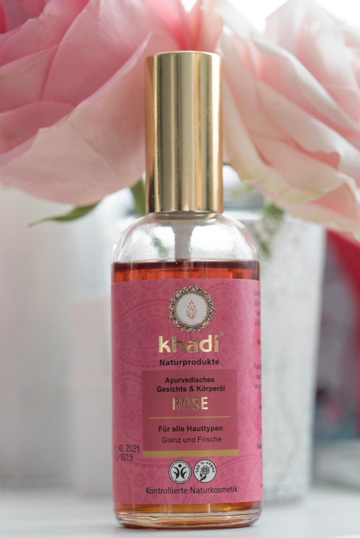 Das pflegende Rosenöl von der Naturkosmetikmarke Khadi - perfekt für den Sommer