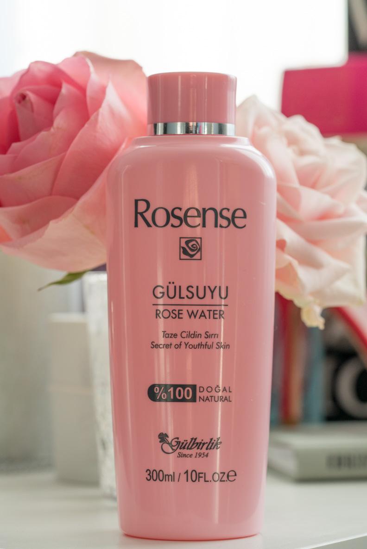 Beruhigendes Rosenwasser von Rosense als Vorbereitung für ein Sommer-Make-up