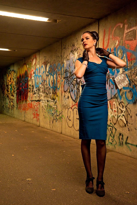 RetroCat in einem blauen Kleid von Stop Staring bei Nacht
