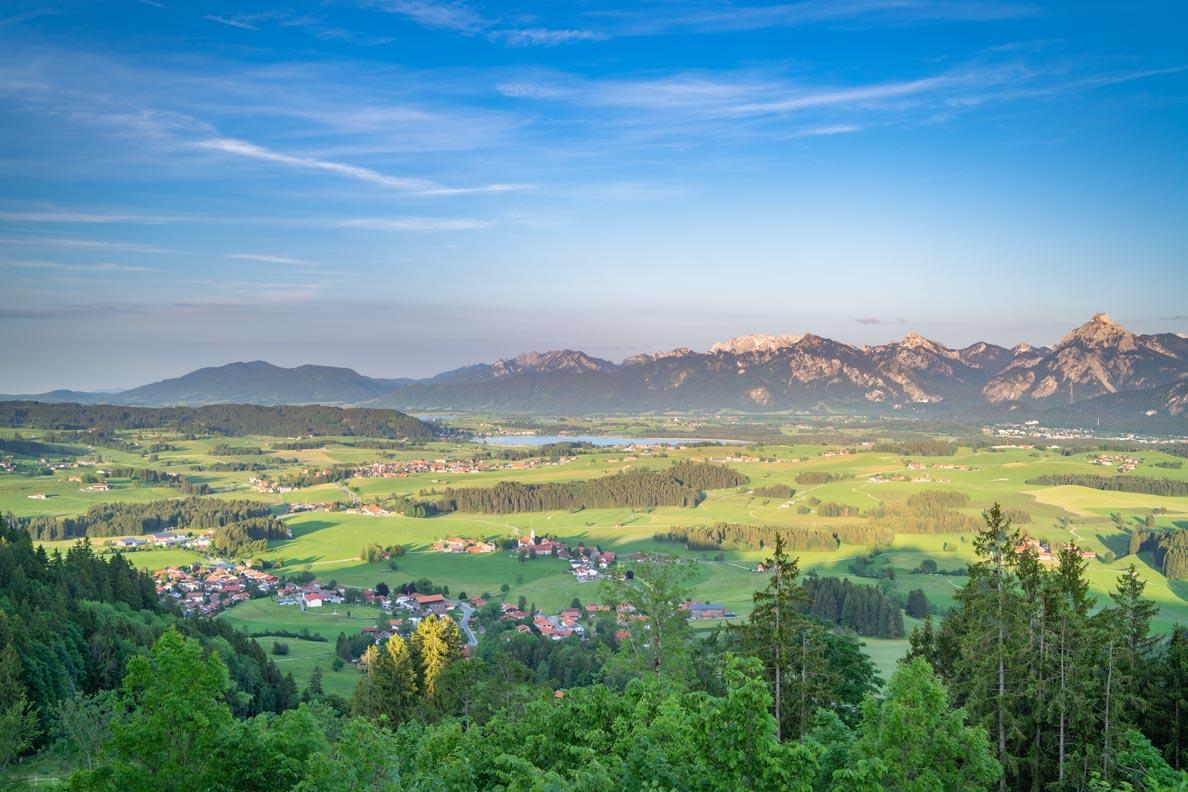 Ein Blick über die bayerischen Alpen, Seen und Wälder