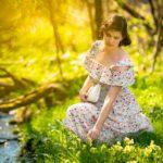 Sommerfrische pur: RetroCat sitzend in einer Blumenwiese