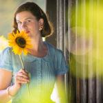 RetroCat im blauen Sommerkleid mit Sonnenblume