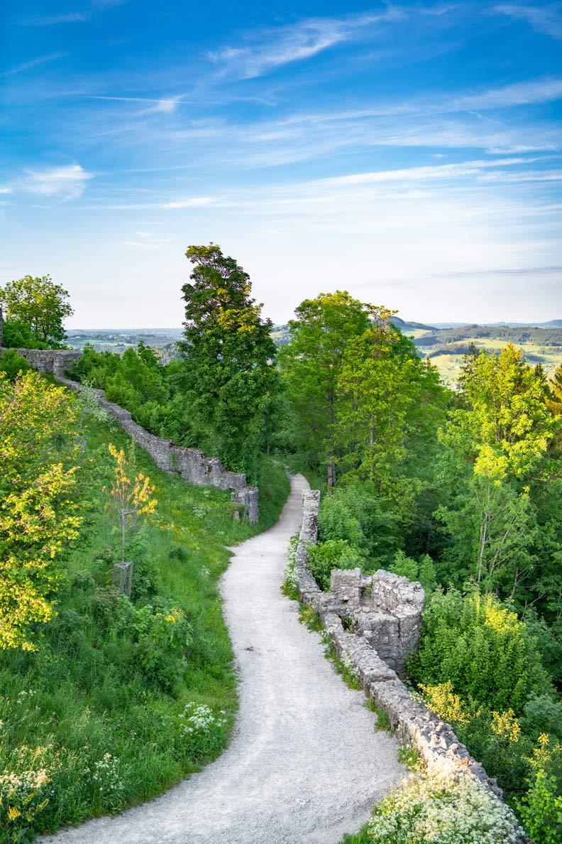 Ein romanischer kleiner Wanderweg im bayerischen Voralpenland