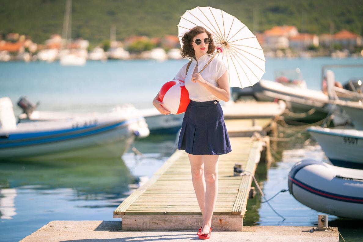 RetroCats Urlaubs-Outfits: Shorts und Bluse via Mondo Kaos, dazu Sonnenbrille, Sonnenschirm und Wasserball