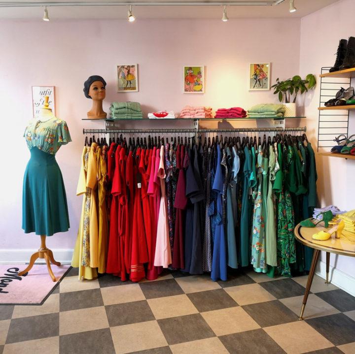 Eine Übersicht der Retro-Kleider in der Mondo-Kaos-Boutique