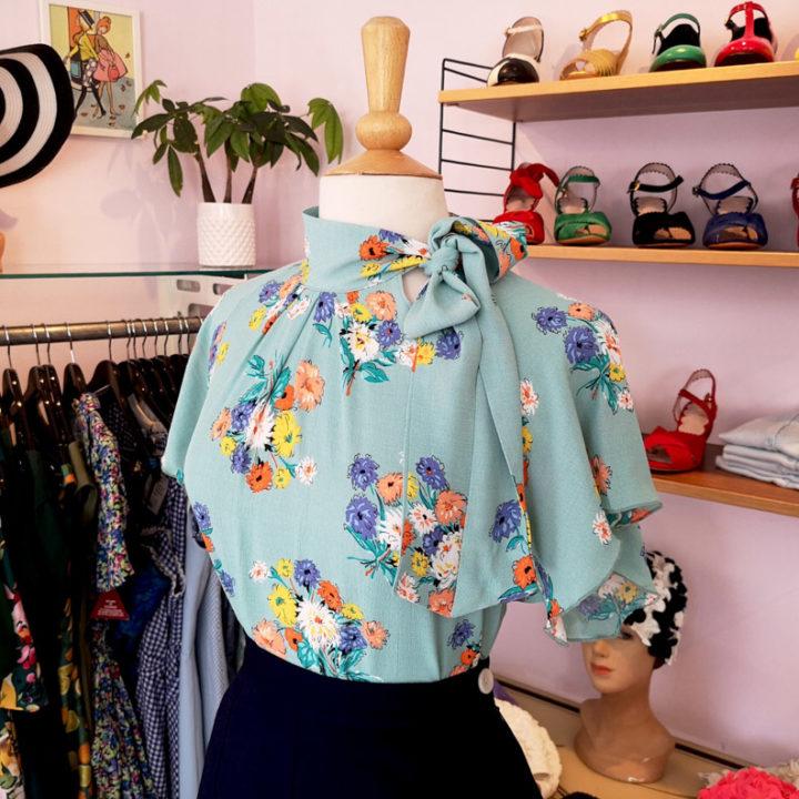Eine Bluse mit Blumen-Muster in der Mondo-Kaos-Boutique