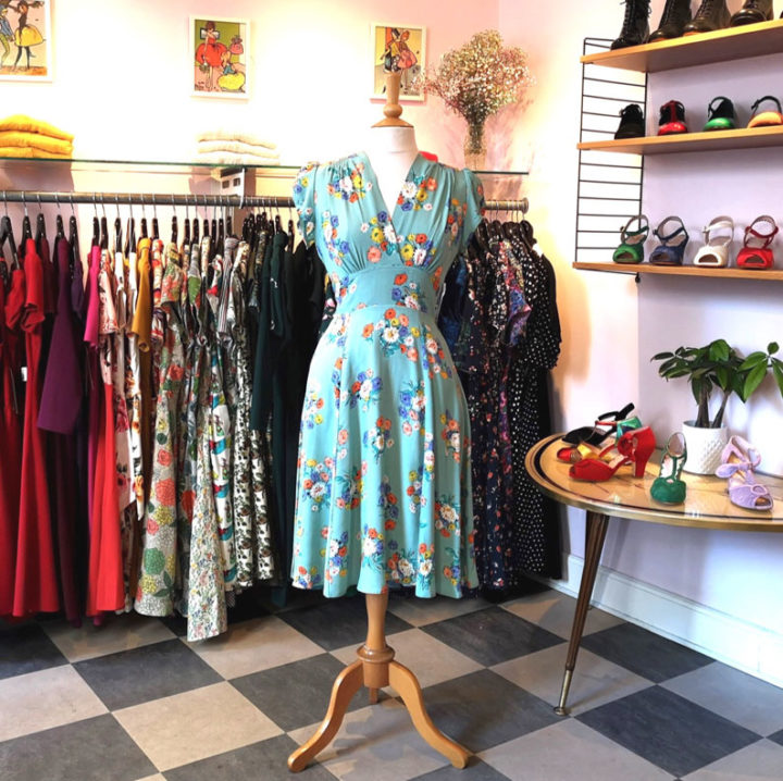 Ein florales Sommerkleid von The House of Foxy in der Mondo-Kaos-Boutique