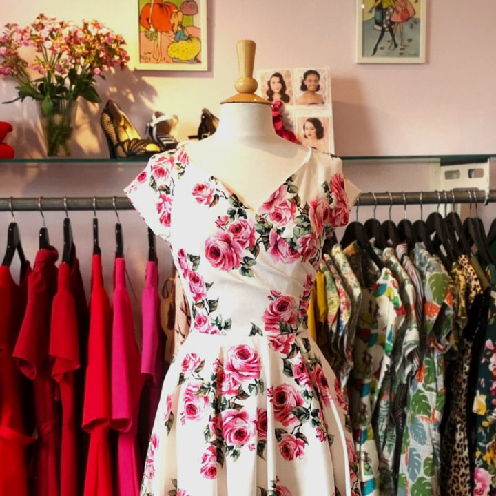 Ein Kleid mit Rosen-Print von The Pretty Dress Company in einer Retro-Boutique
