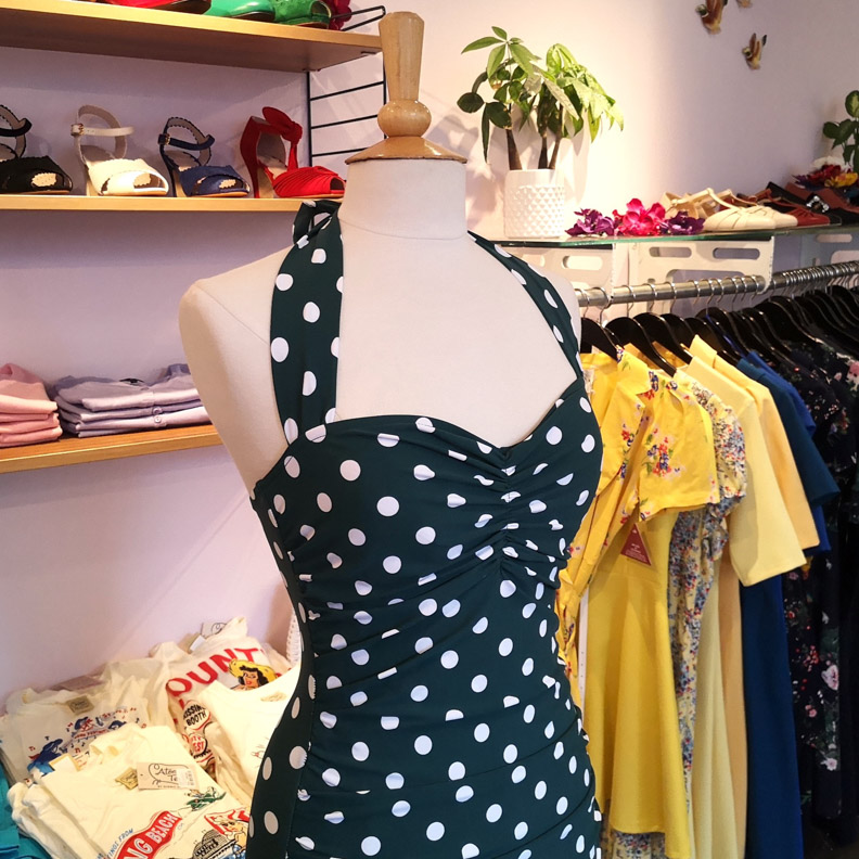 Ein Retro-Badeanzug mit Polka-Dots von Esther Williams erhältlich bei Mondo Kaos
