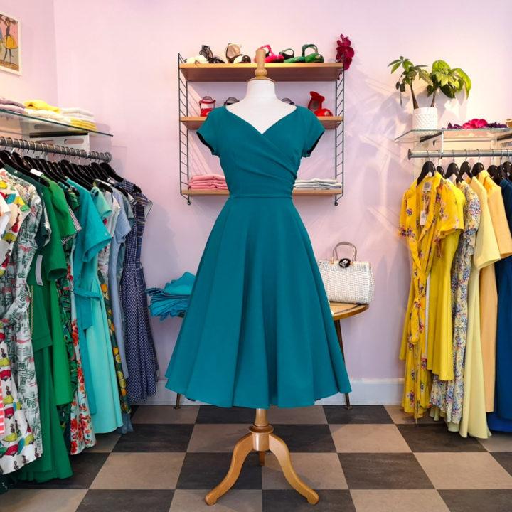 Ein blaues Swing-Kleid von Stop-Staring im Mondo-Kaos-Shop