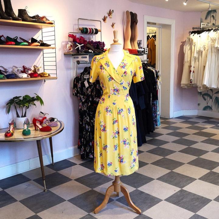 Ein gelbes Sommerkleid von The Seamstress of Bloomsbury im Shop von Mondo Kaos