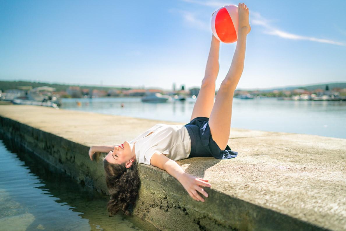 RetroCat mit Retro-Strand-Outfit beim Spielen mit einem Wasserball in Kroatien